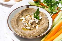 Mediterraan voorgerecht - hummus en verse groenten, close-up stock afbeelding