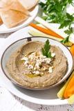 Mediterraan voorgerecht - hummus en verse groenten, verticale close-up stock afbeelding