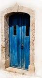 Mediterraan wit huis met blauwe deur stock fotografie