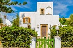 Mediterraan wit huis, tuin Stock Afbeeldingen
