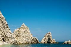 Mediterraan zeegezicht van Le Due Sorelle, beroemd strand van Conero Stock Foto