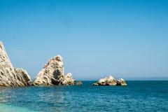 Mediterraan zeegezicht van Le Due Sorelle, beroemd strand van Conero Royalty-vrije Stock Fotografie