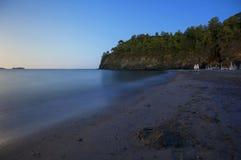 Mediterraenian strand i klar sommarnatt Arkivbilder