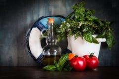 Mediterrane achtergrond met verse ingrediënten Stock Afbeeldingen