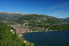Mediterrane alpiene kaap: stad bij Lago-Di Lugano Royalty-vrije Stock Foto's