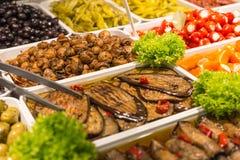Mediterrane aubergines op een straatmarkt stock foto's