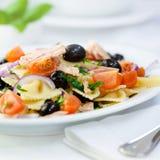 Mediterrane deegwarensalade met tonijn Royalty-vrije Stock Foto