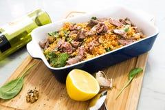 Mediterrane gekruide de saladebraadpan van de rundvleeskouskous Stock Fotografie