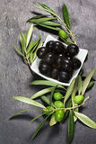 Mediterrane groene en zwarte olijven over donkere steen Royalty-vrije Stock Foto's