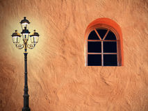 Mediterrane huisvoorgevel met het glooming van lantaarn en overspannen wind Royalty-vrije Stock Foto