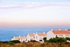 Mediterrane huizen met overzeese mening stock foto's