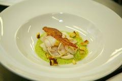 Mediterrane inktvissen met gebraden bacon en groene roomspinazie, tarwetoost met Stock Afbeelding