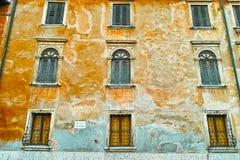 Mediterrane kleuren die voorgevel bouwen Stock Afbeelding