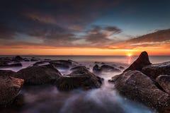 Mediterrane kust bij zonsondergang Stock Foto