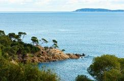 Mediterrane kust dichtbij Le Lavandou Stock Fotografie