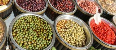 Mediterrane marktkraam met grote olijven en Spaanse pepers voor s Royalty-vrije Stock Foto's