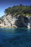 Mediterrane rotsachtige kustlijn. Stock Afbeelding