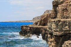 Mediterrane rotsachtige overzeese kust royalty-vrije stock afbeeldingen
