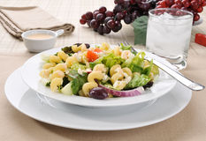 Mediterrane salade met deegwaren stock foto