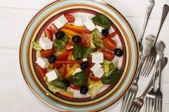 Mediterrane salade met tomaat, olijf en feta-kaas Stock Afbeeldingen