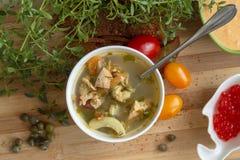 Mediterrane soep met groenten, zalm, pijlinktvis en garnalen stock foto