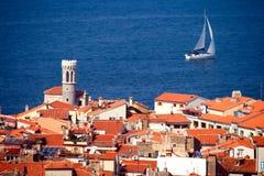 Mediterrane stad en een zeilboot royalty-vrije stock afbeelding