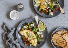 Mediterrane stijlomelet op een lichte achtergrond, hoogste mening Vlak leg Gezond voedselconcept royalty-vrije stock afbeeldingen
