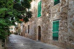 Mediterrane straat in de Oude Stad van Alcudia Stock Afbeeldingen