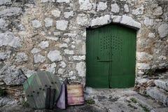 Mediterrane straat en groene deuren Stock Afbeeldingen