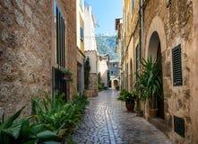 Mediterrane straat met bloempotten in voorgevels in Spanje Royalty-vrije Stock Foto's