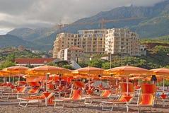 Mediterrane strand en bouw van moderne seaviewflat Stock Afbeeldingen