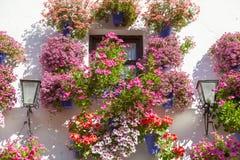 Mediterrane Venster verfraaide Bloemen en Lantaarns, Spanje, Eur Royalty-vrije Stock Fotografie