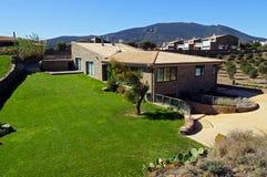 Mediterrane villa met gazon en blauwe hemel Stock Afbeeldingen