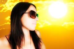 Mediterrane vrouw en grote zon Royalty-vrije Stock Afbeelding