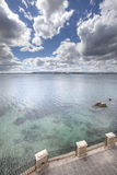 Mediterrane zeegezichtoverzees en hemel Blauwe donkergroen terras Stock Fotografie