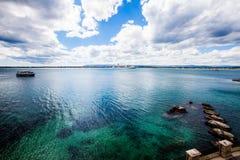 Mediterrane zeegezichtoverzees en hemel Blauwe donkergroen terras Stock Foto's