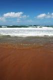 Mediterrane Zeezand, overzees en hemel Royalty-vrije Stock Afbeeldingen