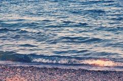 Mediterranian bewegt in die Türkei-Küste wellenartig Stockbilder