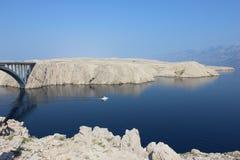 Mediterranian-Küstenansicht mit felsigen Bergen und Brücke Stockbilder