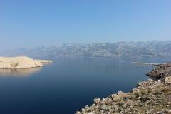 Mediterranian nadmorski widok z skalistymi górami i latarnią morską Fotografia Royalty Free