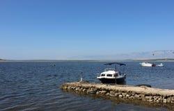Mediterranian sjösidasikt med den små handgjorda pir och fartyg Royaltyfri Foto