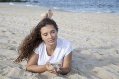 Meditieren auf dem Strand Lizenzfreie Stockbilder