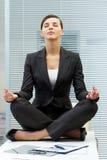 Meditieren auf Tabelle lizenzfreie stockfotos