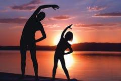 Meditieren bei Sonnenaufgang Lizenzfreie Stockbilder