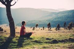 Meditieren in der Natur an einem sonnigen Tag Stockfotos