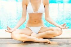 Meditieren durch das Pool Lizenzfreies Stockfoto