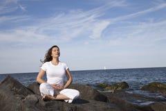 Meditieren mit Steinen Lizenzfreies Stockfoto