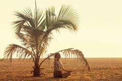 Meditieren unter einer Palme stockfotos