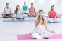 Meditieren während der Yogaklassen Lizenzfreie Stockfotos