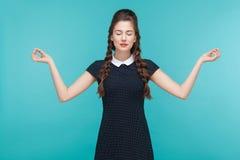 Meditieren, Zenpraxis Junge Frau, die Yoga tut lizenzfreies stockfoto